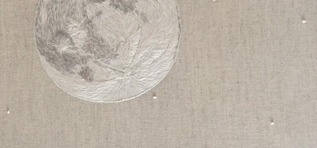 Luna llena que brilla en laoscuridad
